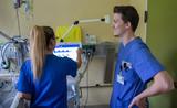 : Intensivpfleger Sebastian Roß mit Kollegin Saskia Schroeder
